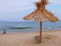 在一个美丽的热带海滩的异乎寻常的海滩秸杆伞 库存照片