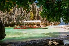 在一个美丽的热带海滩的Banca小船在巴拉望岛, Phili 免版税库存图片