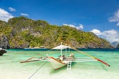 在一个美丽的热带海滩的Banca小船在巴拉望岛, Phili 图库摄影