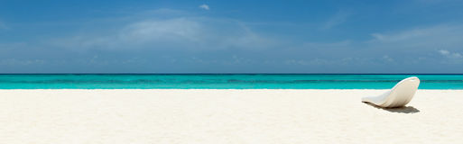 在一个美丽的热带海滩的Sunbed 免版税库存图片