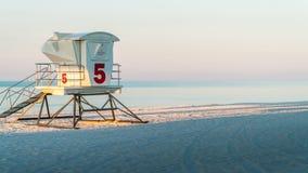 在一个美丽的白色沙子佛罗里达海滩的救生员驻地与大海 免版税库存照片