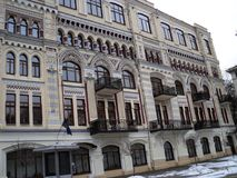 在一个美丽的老大厦的kyiv视图城市附近走 库存图片