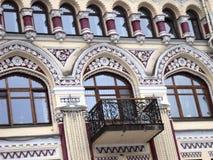 在一个美丽的老大厦的kyiv视图城市附近走 免版税图库摄影