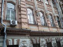 在一个美丽的老大厦的kyiv视图城市附近走 免版税库存照片