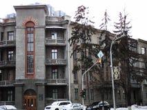 在一个美丽的老大厦的kyiv视图城市附近走 免版税库存图片