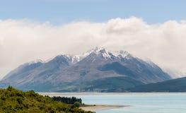 在一个美丽的蓝色湖后的山 免版税库存照片