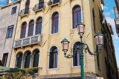 在一个美丽的豪宅附近的灯笼在威尼斯 免版税库存照片