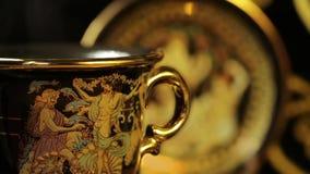 在一个美丽的金杯子的热的芳香咖啡 影视素材