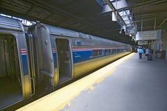 在一个美国国家铁路公司东海岸火车站平台的前搭乘在途中向纽约,纽约,曼哈顿,纽约 免版税库存照片