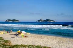 在一个美好的下午的巴拉岛da Tijuca海滩,与Tijucas海岛在背景中 de janeiro里约 免版税库存图片