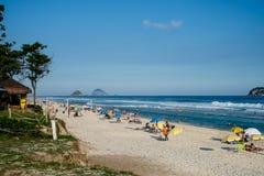 在一个美好的下午的巴拉岛da Tijuca海滩,与Tijucas海岛在背景中 de janeiro里约 图库摄影