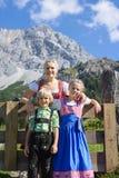 在一个美好的山风景的年轻巴法力亚家庭 库存照片