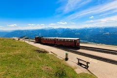 在一个美好的高山风景的蒸汽火车 免版税图库摄影