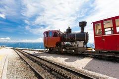 在一个美好的高山风景的蒸汽火车 免版税库存照片