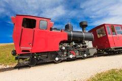 在一个美好的高山风景的蒸汽火车 免版税库存图片