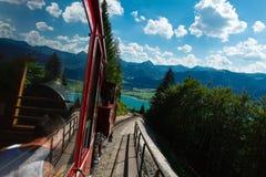 在一个美好的高山风景的蒸汽火车 库存图片