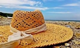 在一个美好的晴天备草粮在沙子的帽子 免版税图库摄影