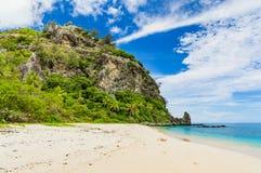 在一个美妙的热带海岛上的原始海滩 免版税库存照片