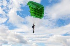 在一个翼降伞的唯一跳伞者在蓝天backgrou 库存照片