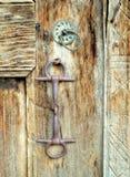 在一个老传统门的Craftmanship细节 库存图片