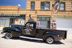 在一个老加油站的老卡车 免版税库存照片