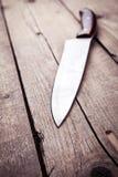 在一个老厨房的布朗刀子 烹调,切开,烹调 在木背景 免版税库存照片