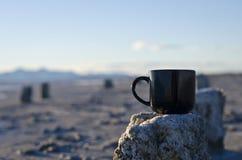在一个老咸码头荒原的空白的无奶咖啡杯子 图库摄影