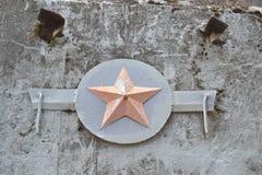 在一个老地堡的一个混凝土墙上的红星报 免版税库存图片