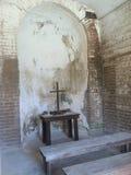 在一个老堡垒的十字架 免版税库存图片