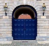 在一个老大厦入口的闭合的蓝色门 免版税库存图片