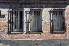 在一个老大厦的三个窗口 免版税库存照片