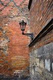 在一个老大厦的墙壁的街灯 图库摄影