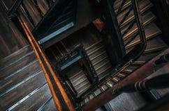 在一个老大厦的方形的楼梯 库存图片