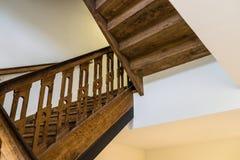 在一个老大厦的木,螺旋形楼梯在黑褐色颜色 免版税库存图片