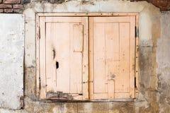在一个老大厦的砖墙上的偏僻的窗口 免版税库存图片