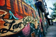在一个老大厦的街道画在曼哈顿的更低的东边 免版税库存图片