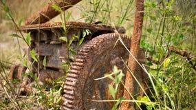 在一个老引擎的生锈的齿轮 免版税库存图片