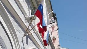 在一个老房子的墙壁上的俄国旗子 股票视频