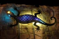 在一个老房子的墙壁上的巨型蜥蜴 库存照片