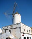 在一个老房子的屋顶的风车 免版税库存照片