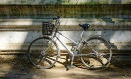 在一个老房子的自行车停车处 免版税库存图片