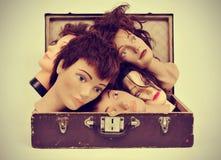 在一个老手提箱的时装模特头 免版税库存照片