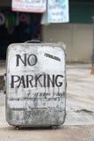 在一个老手提箱的禁止停车标志 库存照片