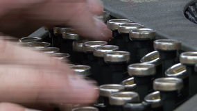 在一个老控制台打字机键盘的手 股票视频
