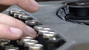 在一个老控制台打字机键盘的手 影视素材