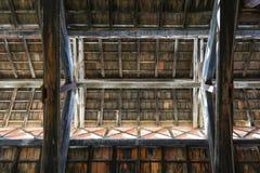 在一个老新古典主义的大厦的木屋顶 图库摄影