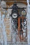 在一个老时钟附近的喷泉 免版税库存图片
