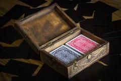 在一个老时髦的箱子的纸牌 免版税库存照片