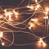 在一个老木地板上的圣诞灯诗歌选 快活的圣诞节 库存图片
