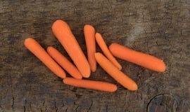 在一个老木委员会的被剥皮的小红萝卜 免版税库存照片